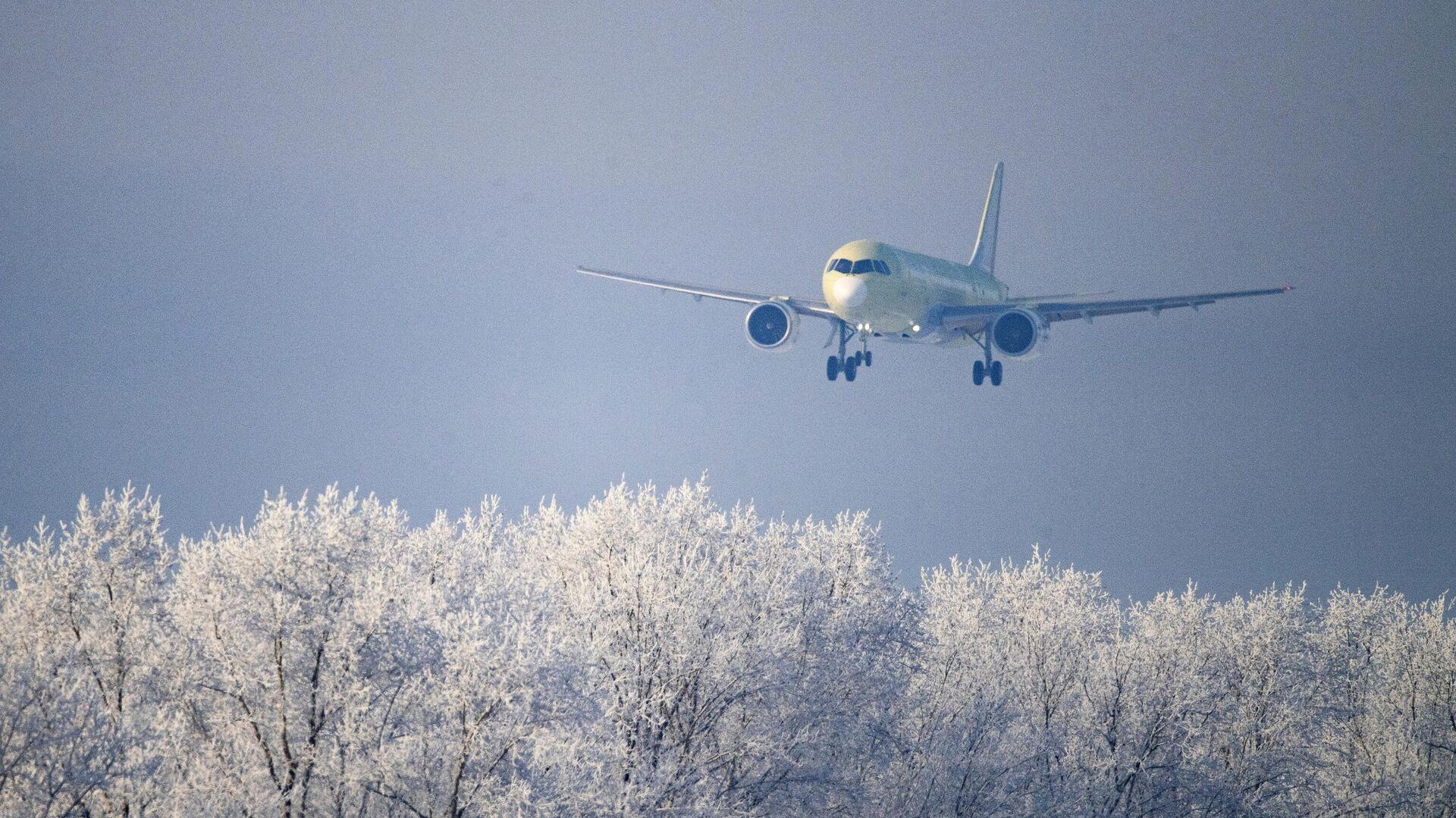 Самолет МС-21-310, оснащенный новыми российскими двигателями ПД-14, совершает посадку на аэродроме Иркутского авиационного завода - РИА Новости, 1920, 23.12.2020