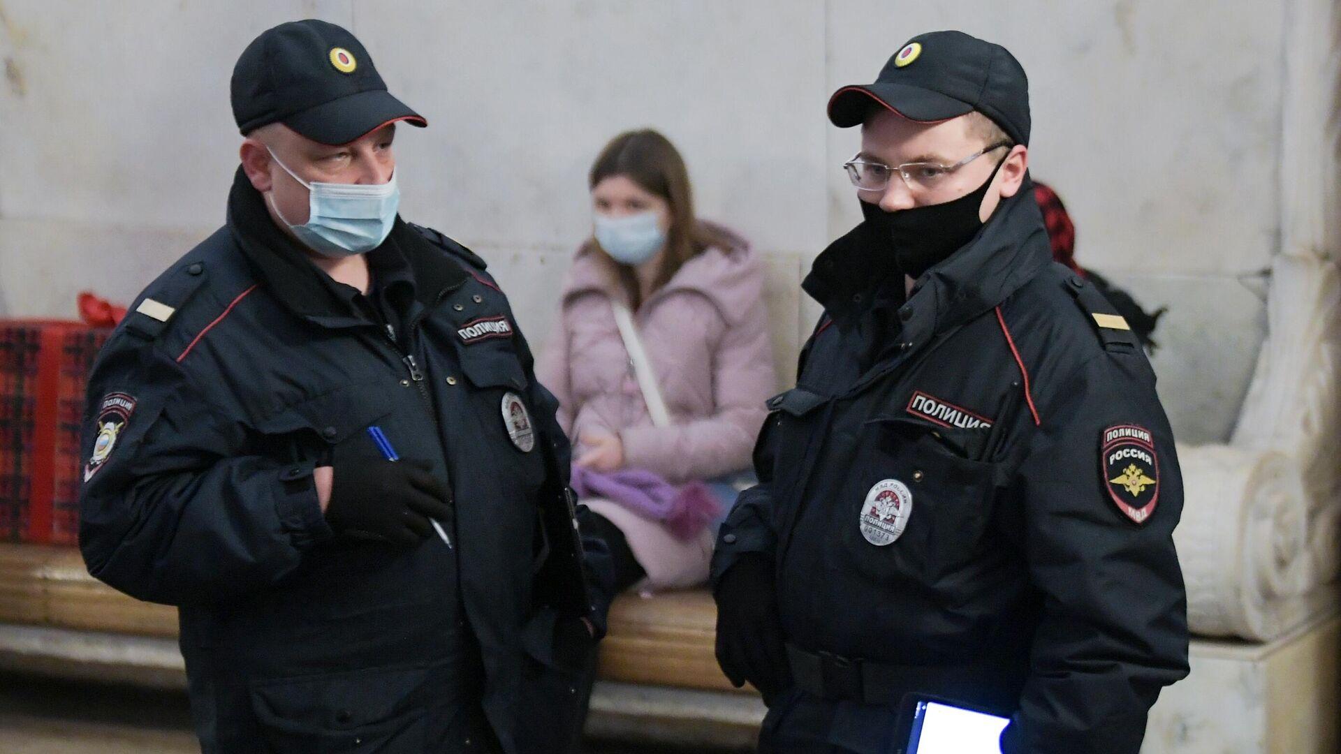 Представители правоохранительных органов в защитных масках на станции в московском метрополитене - РИА Новости, 1920, 03.05.2021