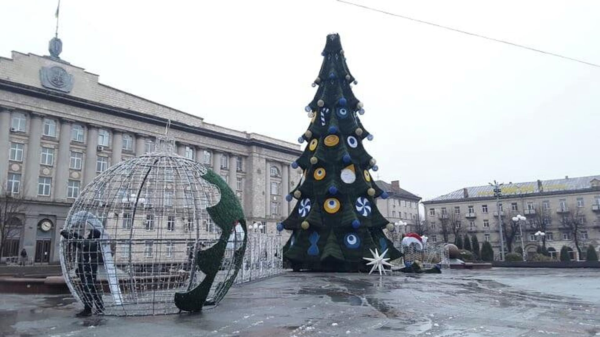 Новогодняя елка на Соборной площади в Черкассах - РИА Новости, 1920, 21.12.2020