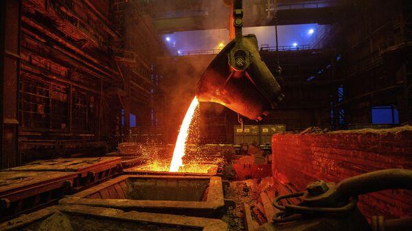 Розлив файнштейна в плавильном цехе завода Норильский никель в  Никеле