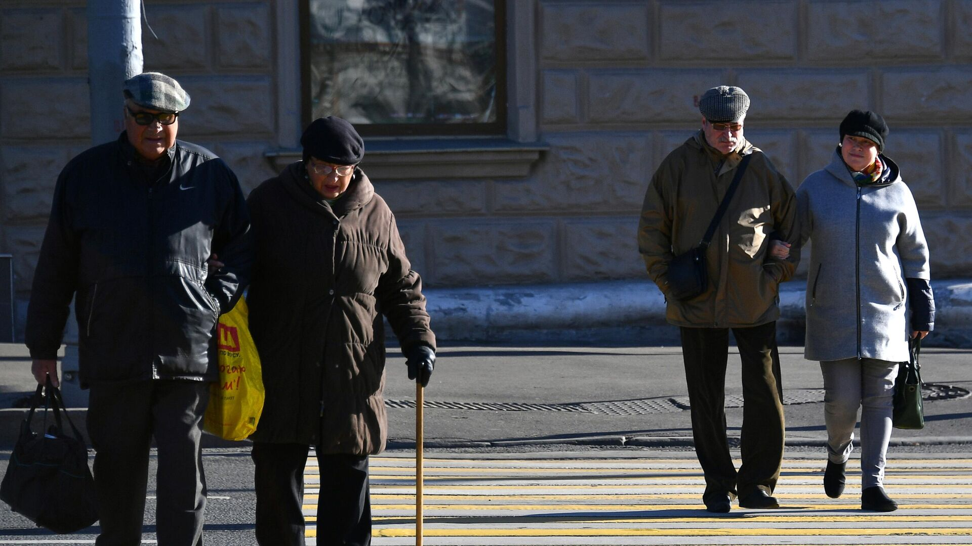 Прохожие на пешеходном переходе в Москве - РИА Новости, 1920, 07.05.2021