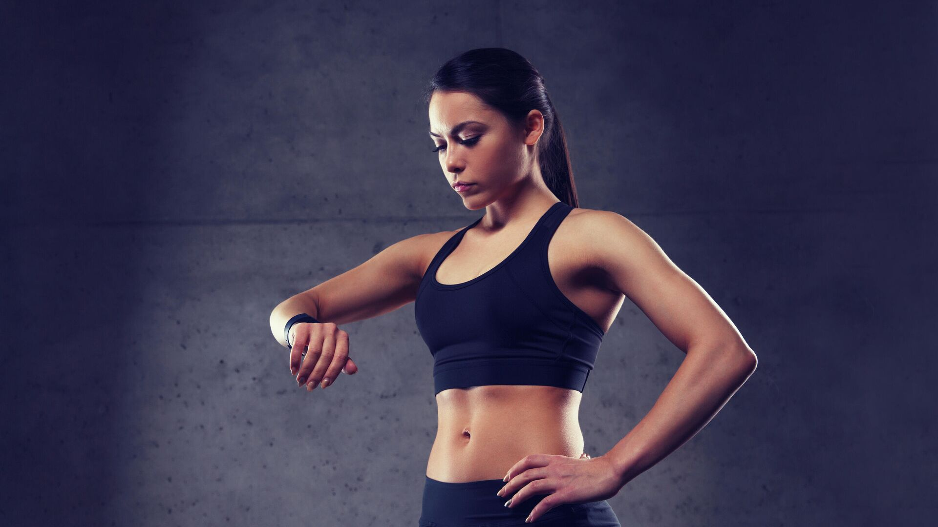 Девушка проверяет пульс на фитнес-браслете - РИА Новости, 1920, 02.01.2021