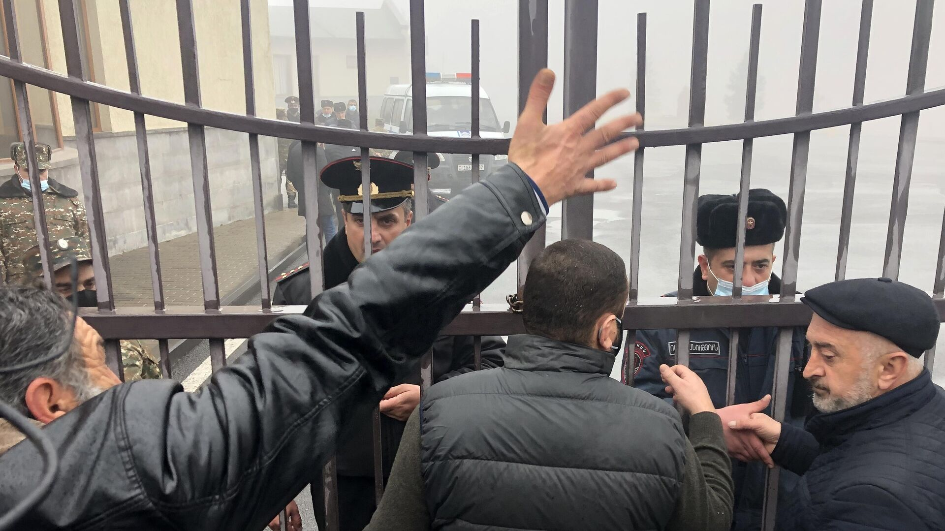 Родственники пропавших без вести в Карабахе солдат у здания Министерства обороны Армении в Ереване - РИА Новости, 1920, 08.01.2021