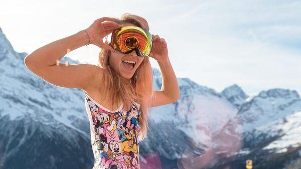 Девушка на горнолыжном курорте Домбай