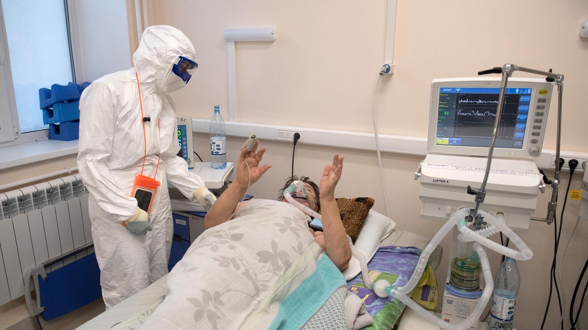 Медицинский работник общается с пациентом в госпитале для лечения больных COVID-19 в Тверской областной больнице - РИА Новости, 1920, 17.12.2020