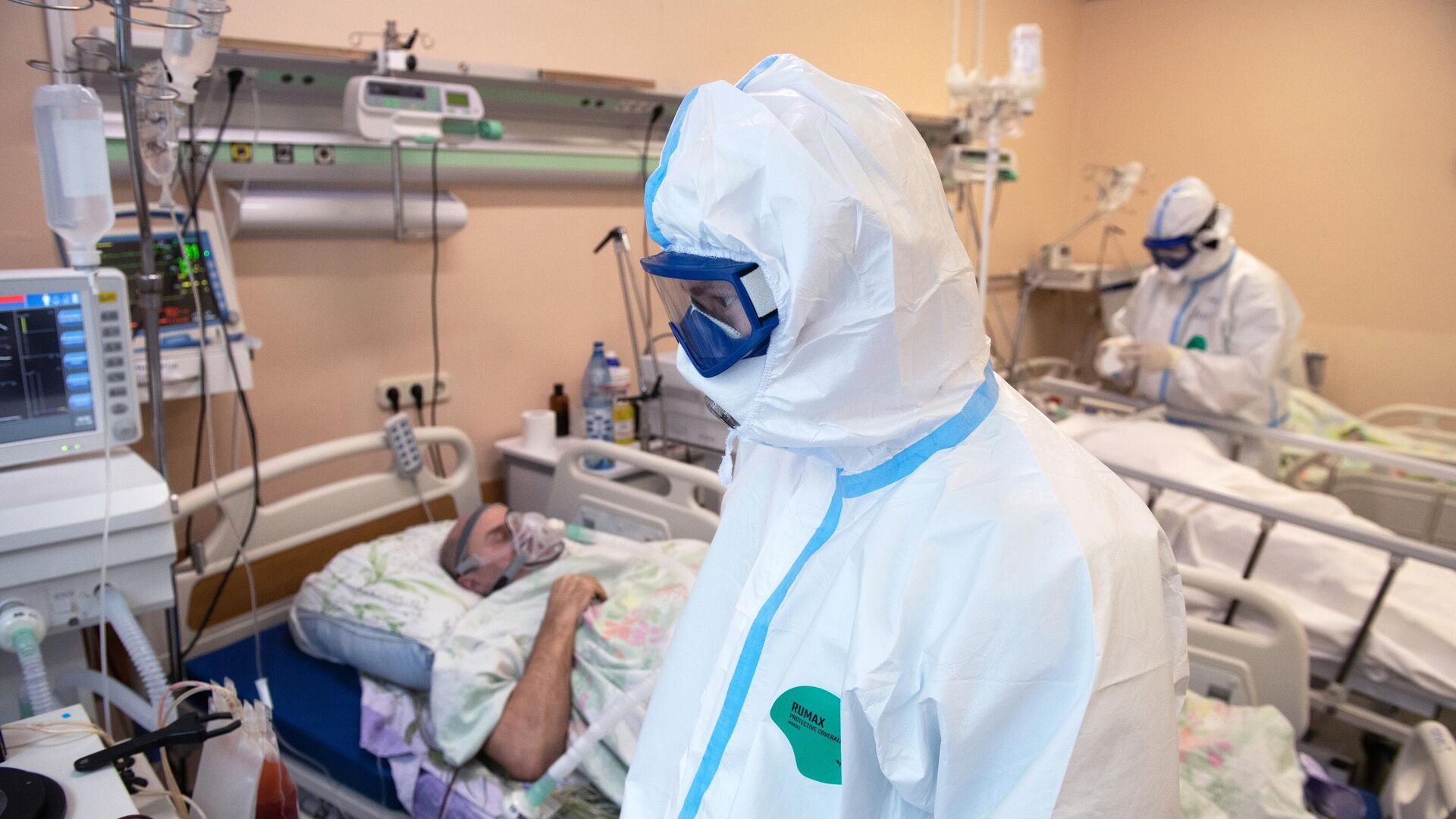 Медицинские работник в отделении реанимации и интенсивной терапии в госпитале для лечения больных COVID-19 в Тверской областной больнице - РИА Новости, 1920, 18.01.2021