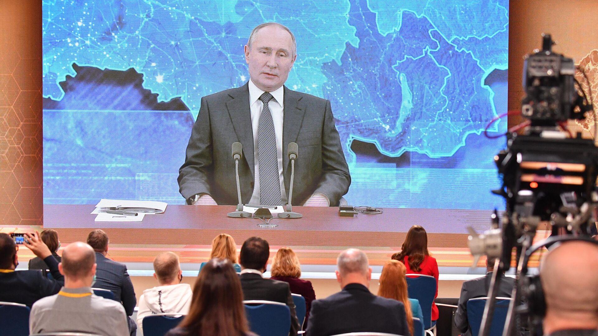 Президент России Владимир Путин в режиме видеоконференции участвует в ежегодной пресс-конференции в Центре международной торговли на Красной Пресне - РИА Новости, 1920, 17.12.2020