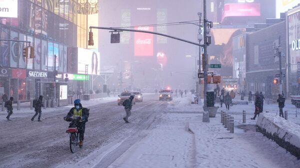 Снегопад на Тайм-сквер в Нью-Йорке