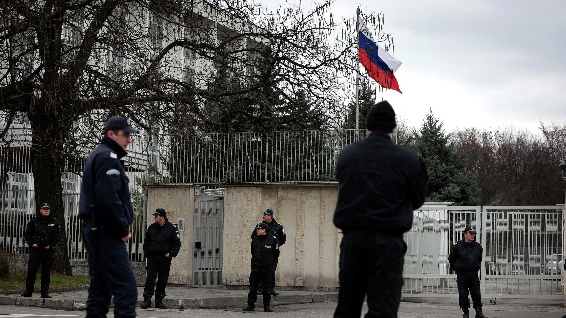 Болгарские полицейские у здания посольства РФ в Софии - РИА Новости, 1920, 18.12.2020