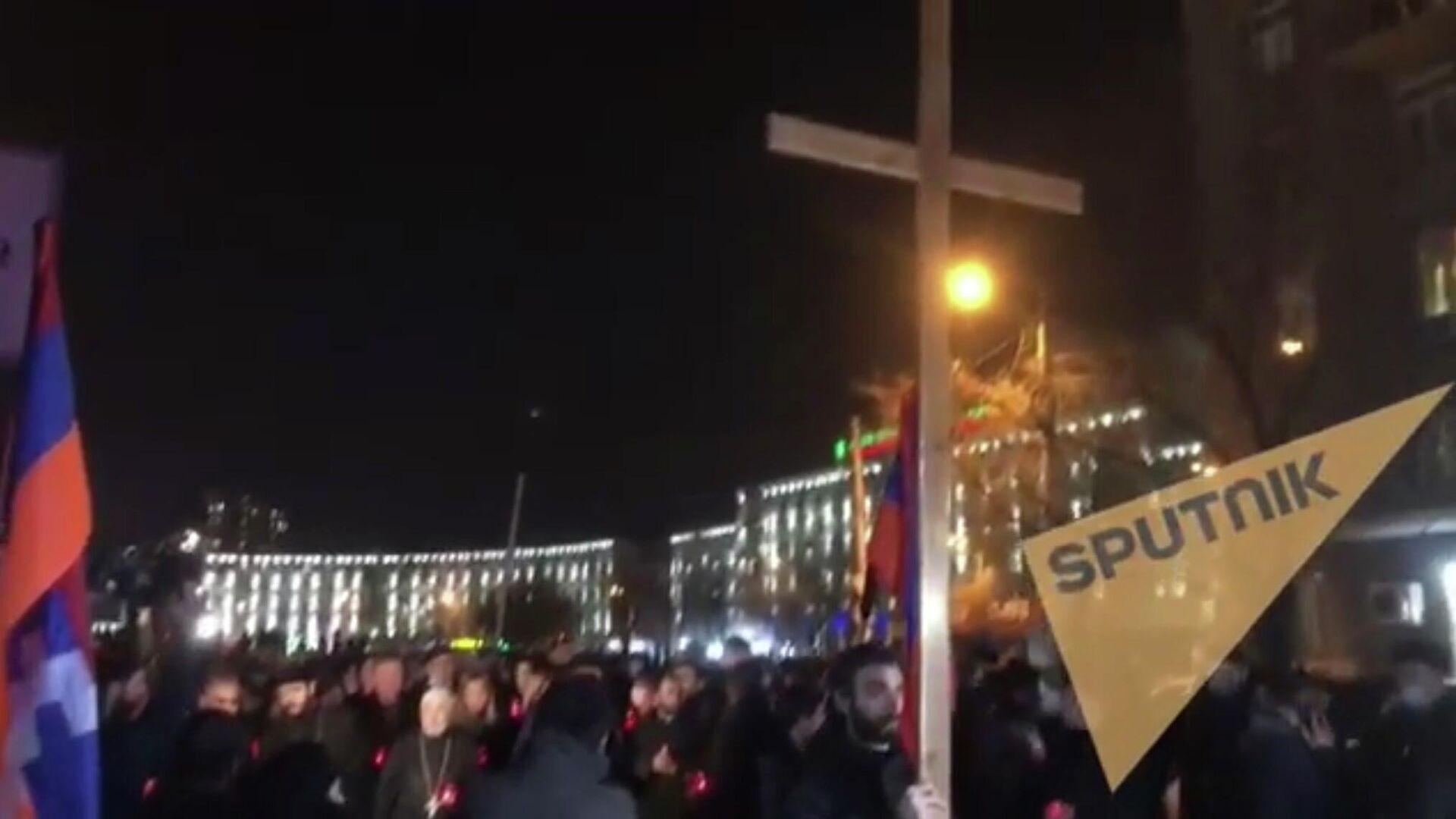 В Ереване началось факельное шествие оппозиции к военному пантеону Ераблур - РИА Новости, 1920, 18.12.2020