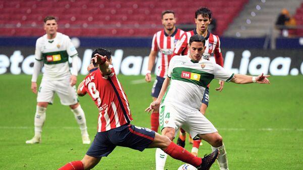 Нападающий Атлетико (Мадрид) Луис Суарес (слева)