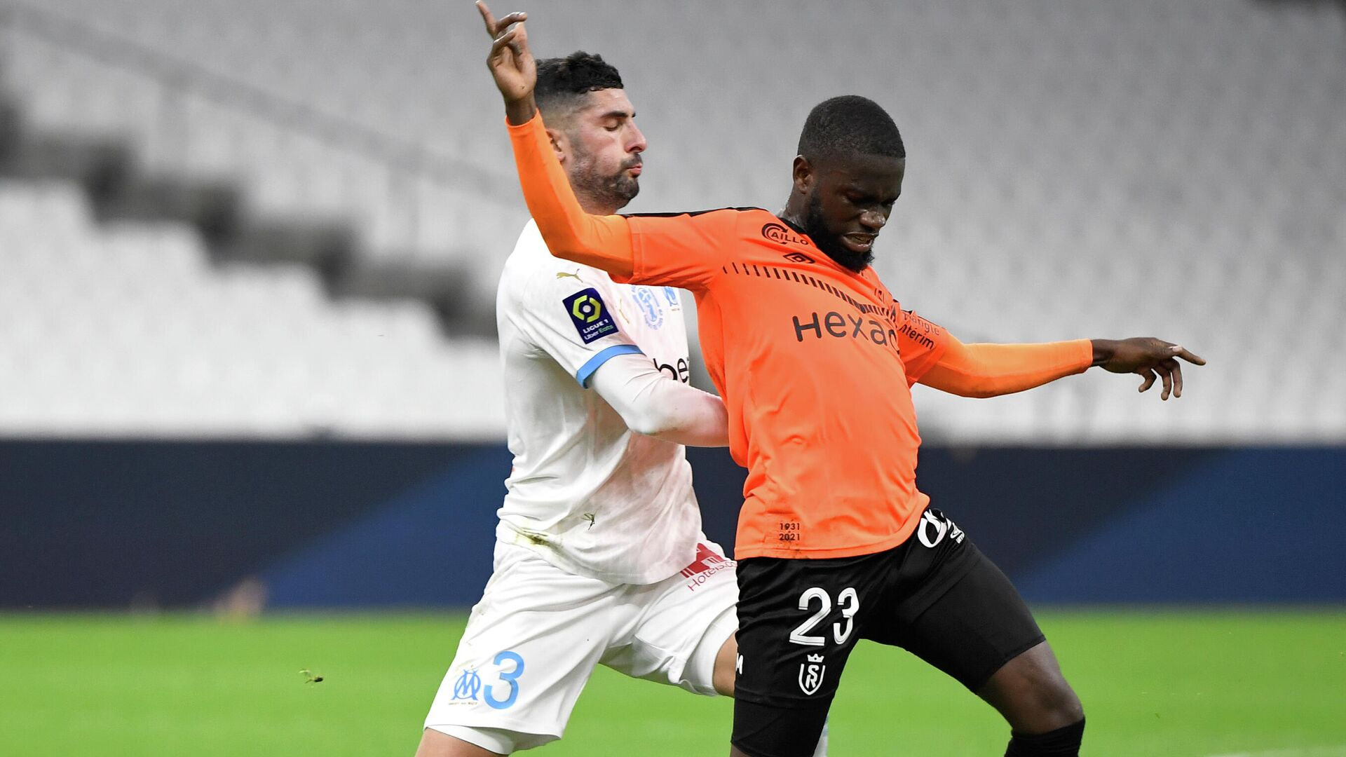Marseille's Spanish defender Alvaro Gonzalez (L) fights for the ball with Reims' Bissau-Guinean midfielder Moreto Cassama during the French L1 football match between Olympique de Marseille (OM) and Reims at the Velodrome Stadium in Marseille, southeastern France, on December 19, 2020. (Photo by NICOLAS TUCAT / AFP) - РИА Новости, 1920, 19.12.2020