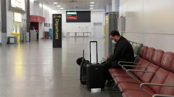 Пассажир в аэропорту Гатвик, Лондон