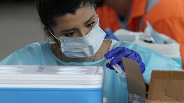 Медицинский работник с тестами на коронавирус (COVID-19) в Сиднее, Австралия