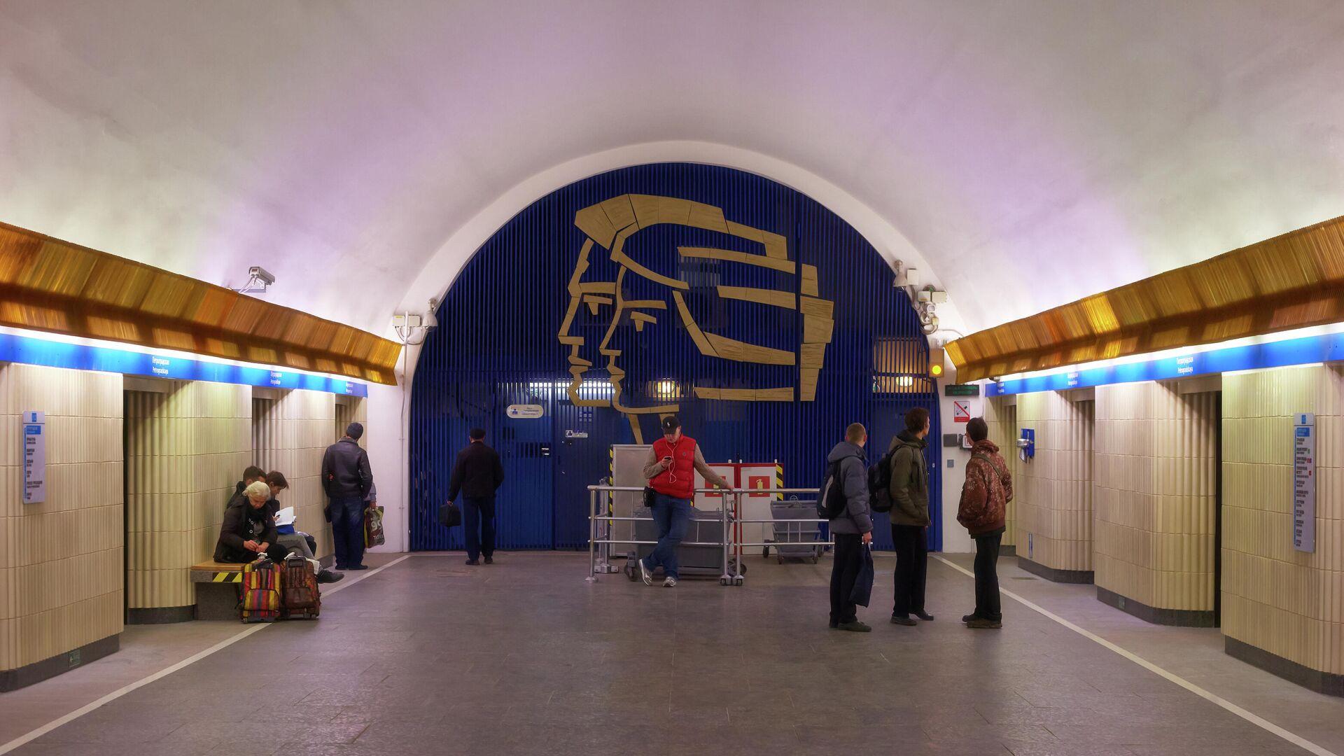 Пассажиры на станции метро Петроградская - РИА Новости, 1920, 22.06.2021