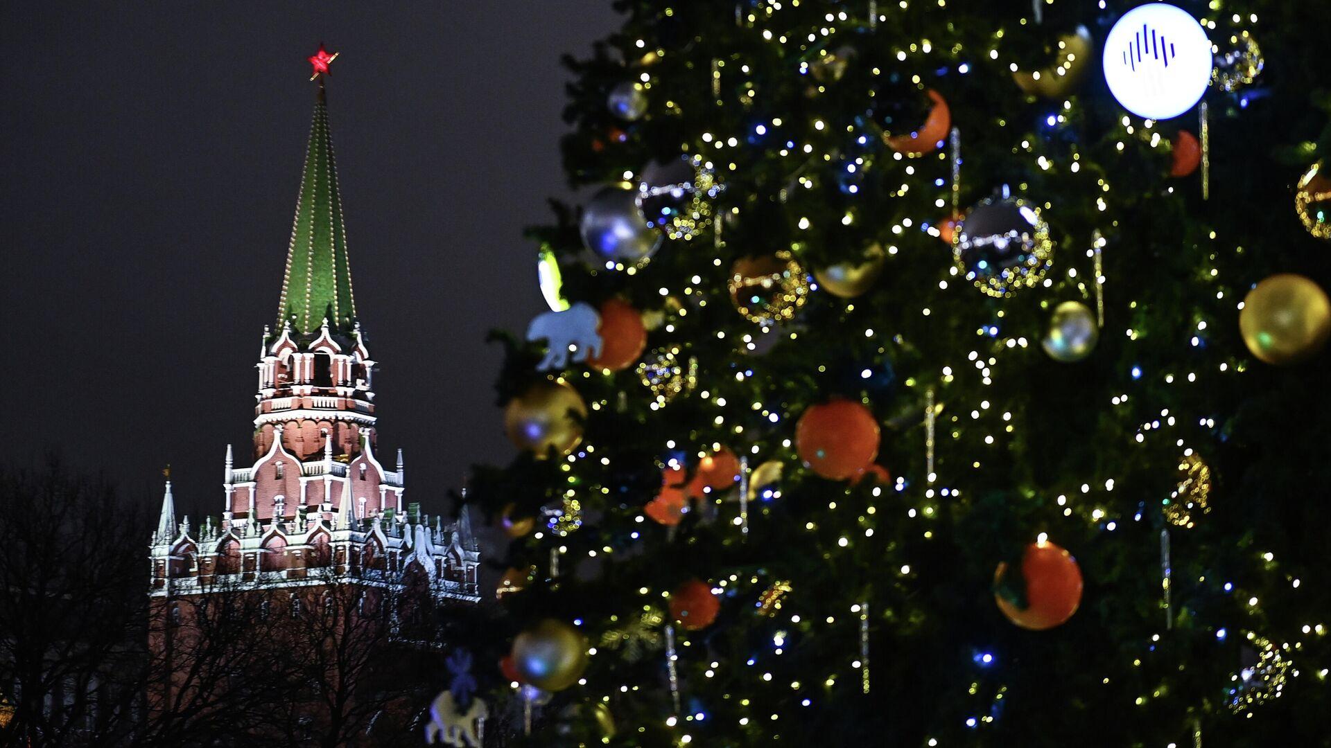 Троицкая башня Московского Кремля и новогодняя елка на Манежной площади  - РИА Новости, 1920, 25.12.2020
