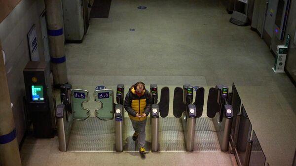 Молодой человек на входе в лондонское метро