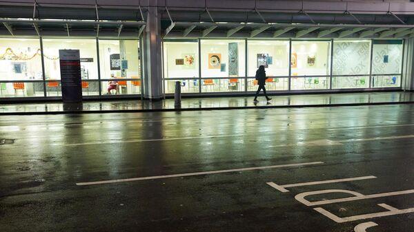 Прохожий на одной из опустевших улиц Лондона