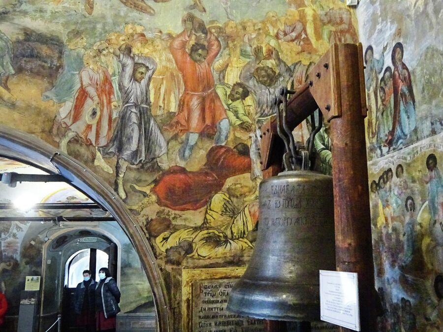 Церковь Димитрия на крови в кремле, ссыльный колокол и фрагмент росписи о дне гибели царевича