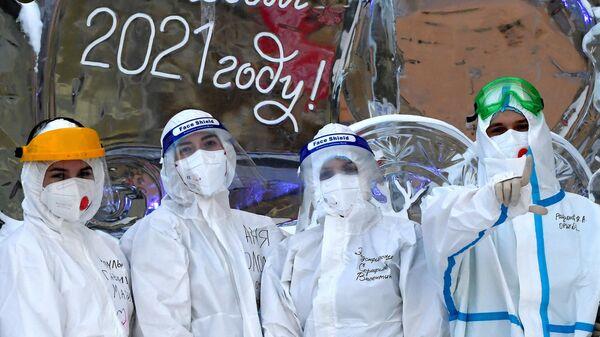 Медицинские сотрудники коронавирусного госпиталя, расположенного в корпусах Красноярской межрайонной клинической больницы скорой медицинской помощи имени Н. С. Карповича