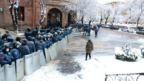 Полицейское оцепление в районе здания правительства Армении в Ереване