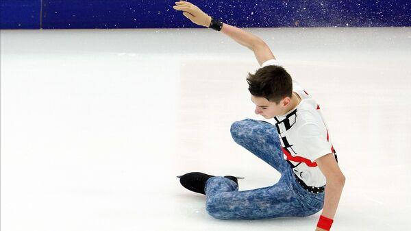 Артём Ковалёв (Россия) выступает в произвольной программе мужского одиночного катания на V этапе Гран-при по фигурному катанию в Москве.
