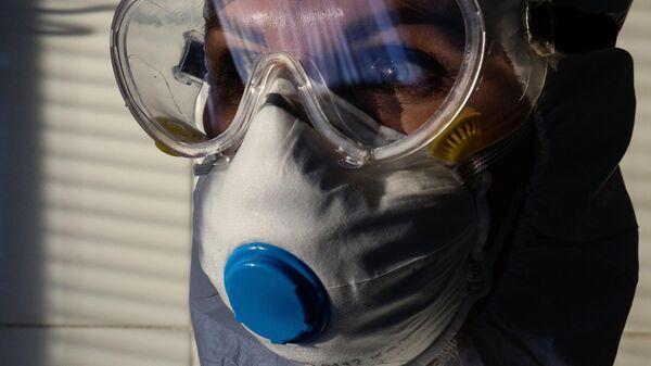 Врач Новосибирской областной клинической больницы в защитном противоэпидемическом костюме