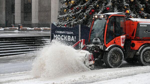 Снегоуборочная техника на одной из улиц в Москве