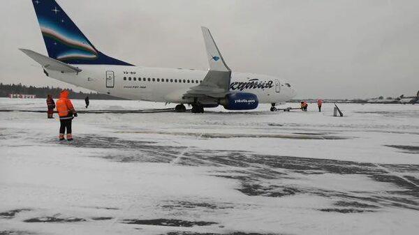 Самолет за пределами взлетно-посадочной полосы во Внукове