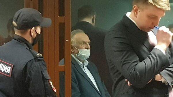 Олег Соколов слушает приговор в суде