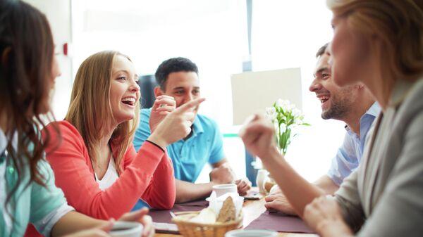 Друзья общаются в кафе