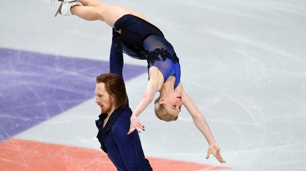 Евгения Тарасова и Владимир Морозов выступают в короткой программе парного катания на чемпионате России по фигурному катанию в Челябинске.
