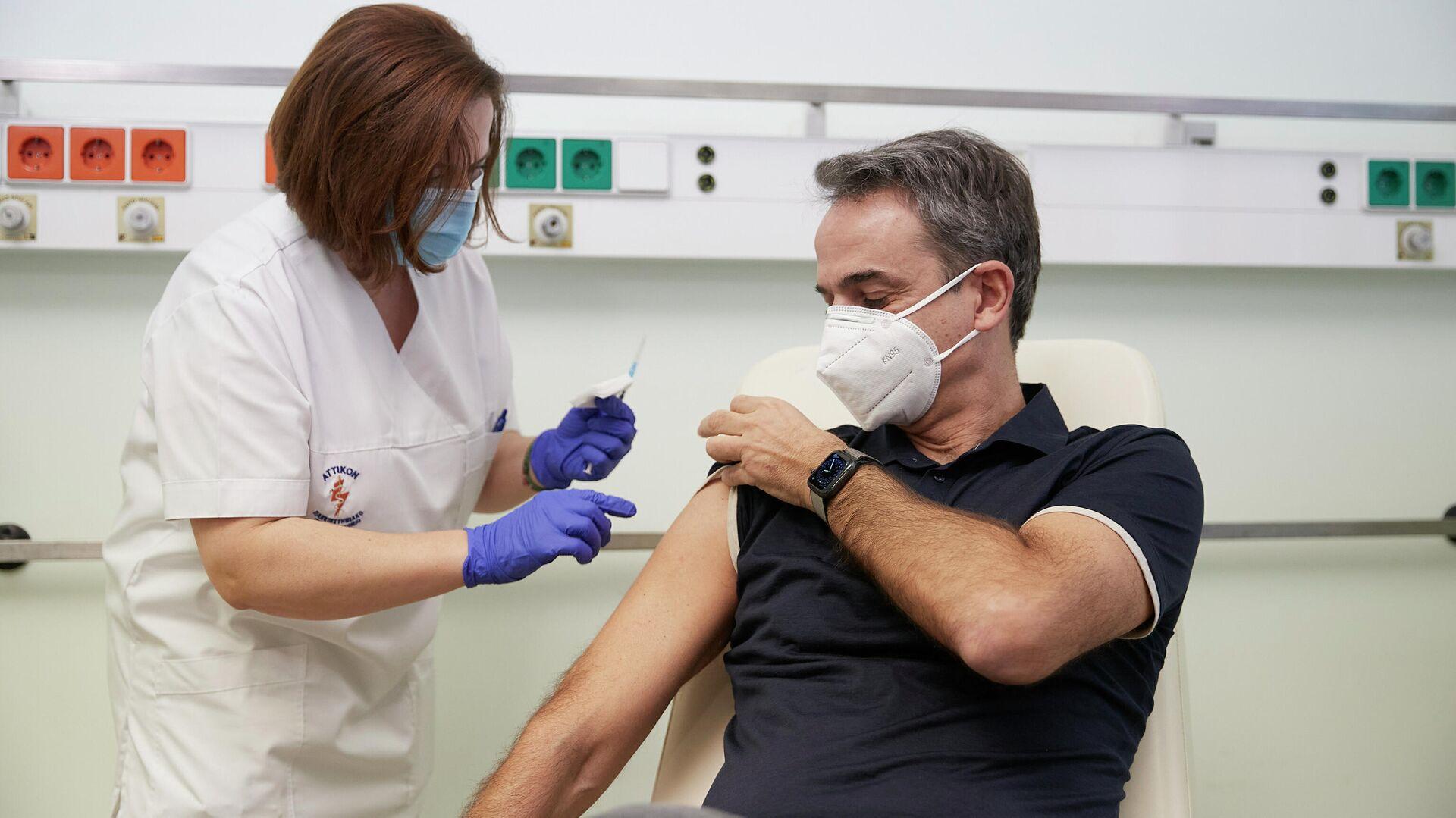 Премьер-министр Греции Кириакос Мицотакис во время вакцинации от коронавируса - РИА Новости, 1920, 20.01.2021