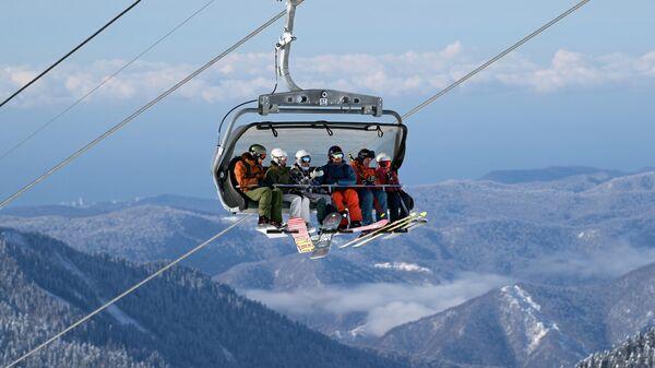 Отдыхающие на подъемнике на горнолыжном курорте Роза Хутор в Сочи