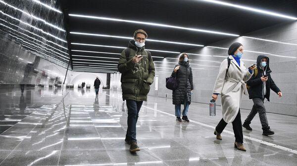 Люди в подземном пешеходном переходе