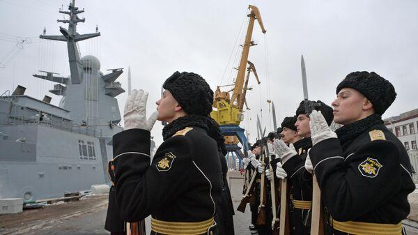 Военнослужащие во время церемонии поднятия Военно-морского флага на корвете Гремящий в Санкт-Петербурге