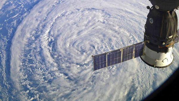 Международная космическая станция пролетает над циклоном