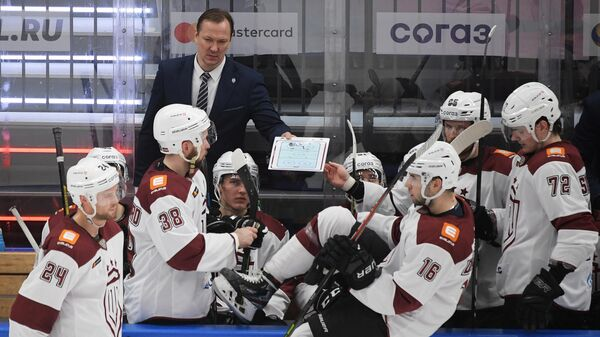 Петерис Скудра (на втором плане) и хоккеисты рижского Динамо