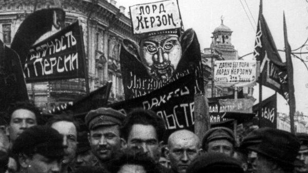 Петроград. 1923. Демонстрация протеста против ультиматума Керзона. Репродукция.