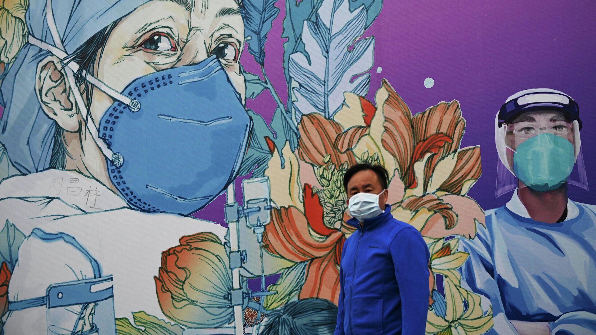Мужчина в маске проходит мимо граффити, посвященному врачам, в Китае - РИА Новости, 1920, 04.01.2021