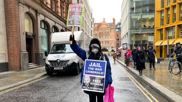 Сторонники Джулиана Ассанжа возле здания суда в Лондоне, где рассматривается дело об его экстрадиции в США
