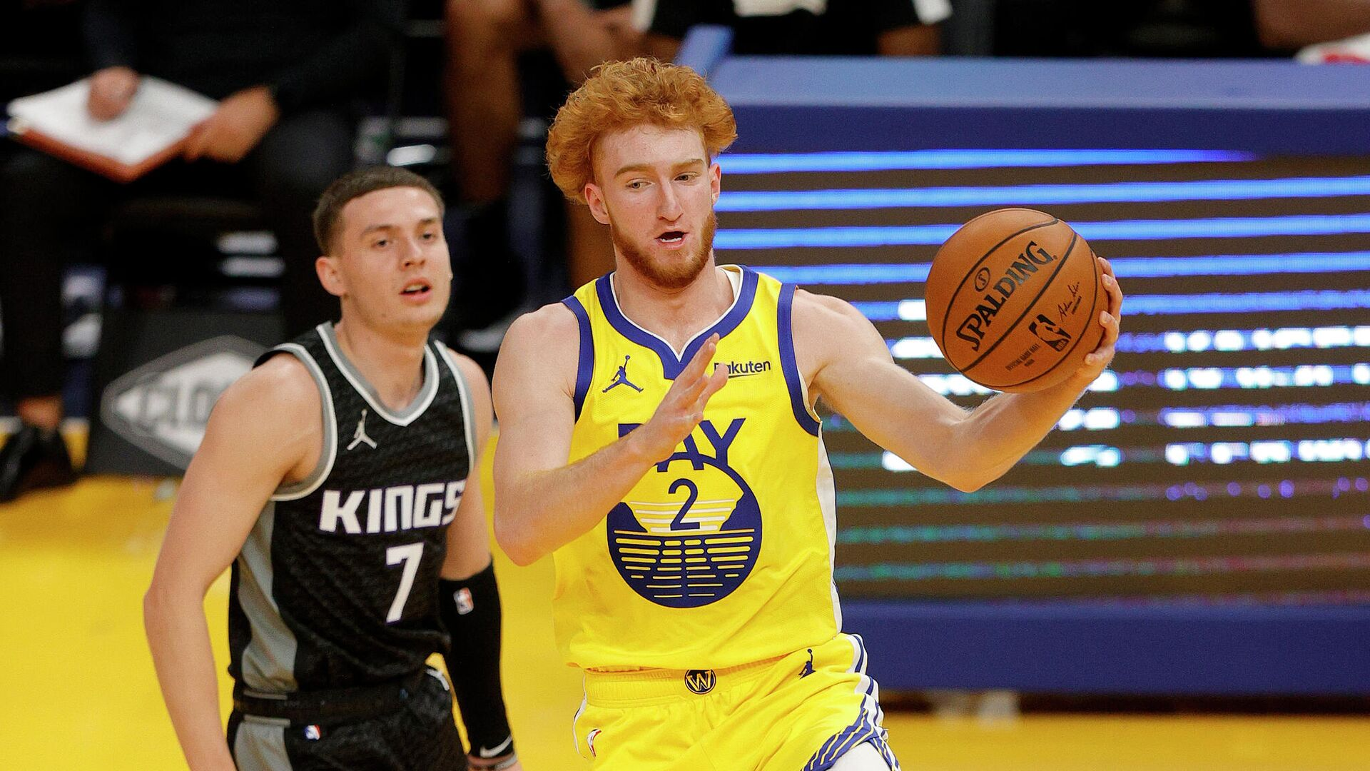 SAN FRANCISCO, CALIFORNIA - JANUARY 04: Nico Mannion #2 of the Golden State Warriors dribbles past Kyle Guy #7 of the Sacramento Kings at Chase Center on January 04, 2021 in San Francisco, California. NOTE TO USER: User expressly acknowledges and agrees that, by downloading and or using this photograph, User is consenting to the terms and conditions of the Getty Images License Agreement.   Ezra Shaw/Getty Images/AFP - РИА Новости, 1920, 05.01.2021