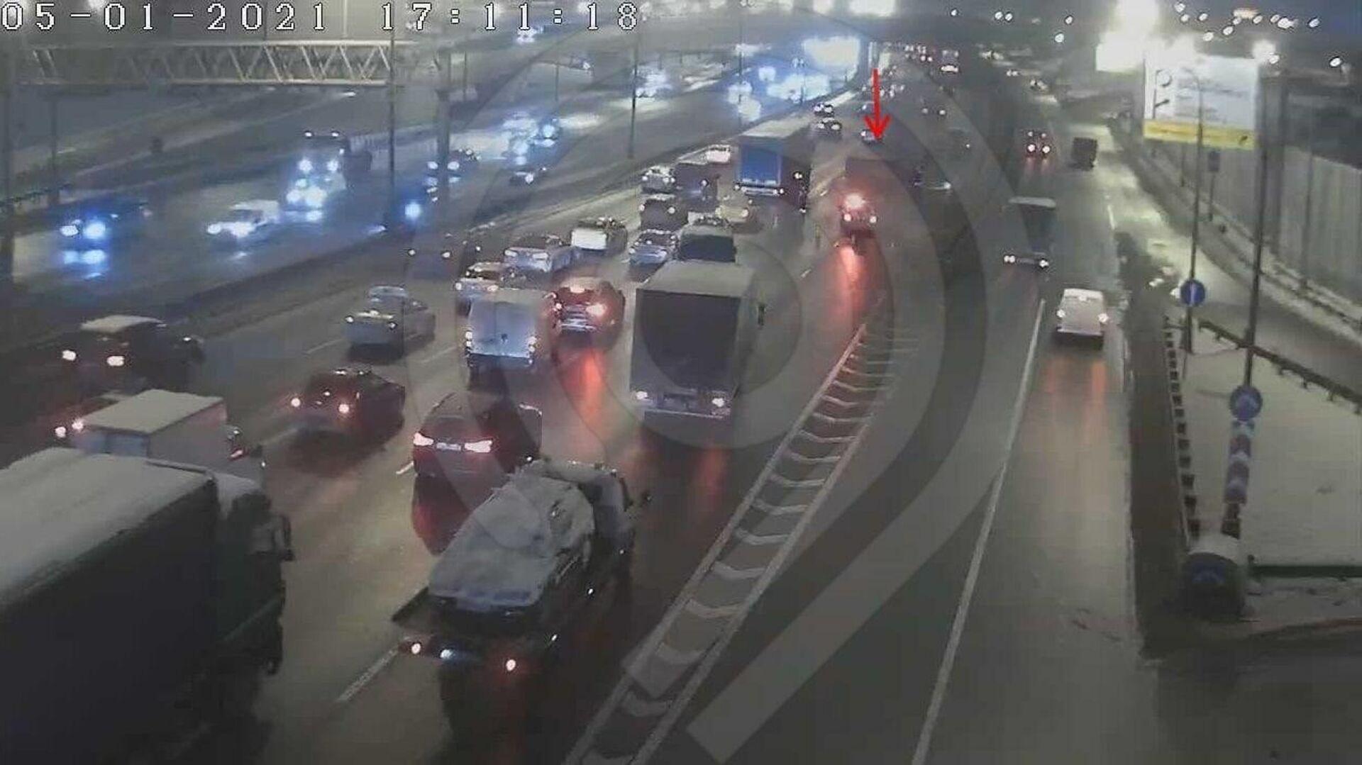 В Москве автомобиль наехал на препятствие и опрокинулся