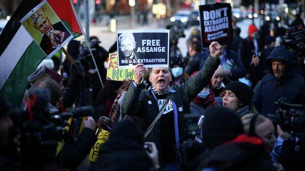 Сторонники Джулиана Ассанжа возле здания суда в Лондоне