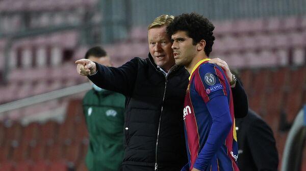 Футболист Барселоны Карлес Аленья (справа)