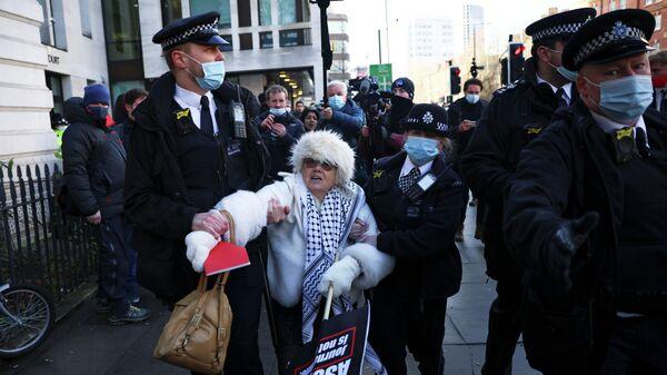 Сотрудники полиции задерживают сторонницу Джулиана Ассанжа возле здания суда в Лондоне