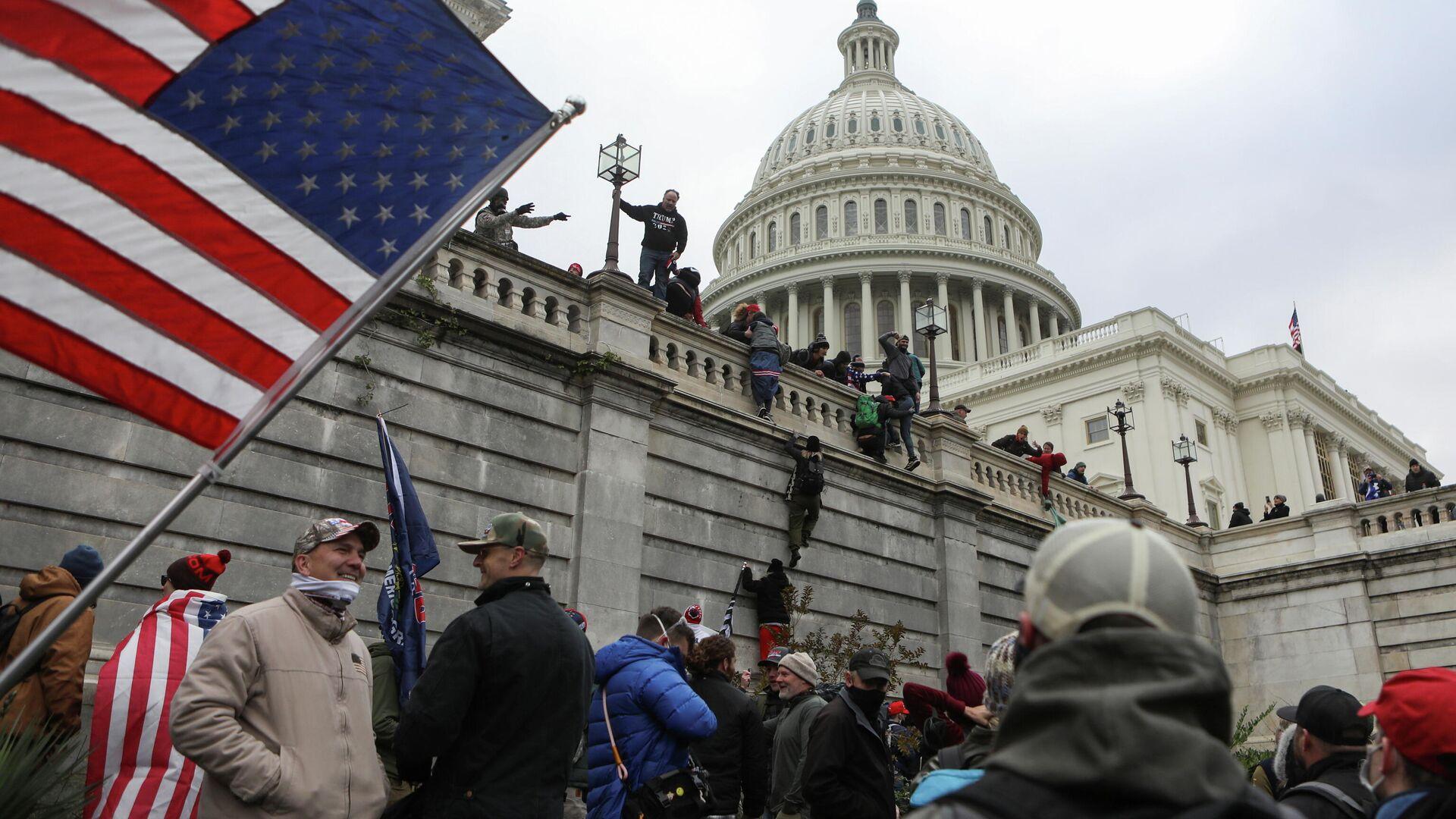 Сторонники президента США Дональда Трампа во время протеста против результатов выборов - РИА Новости, 1920, 07.01.2021