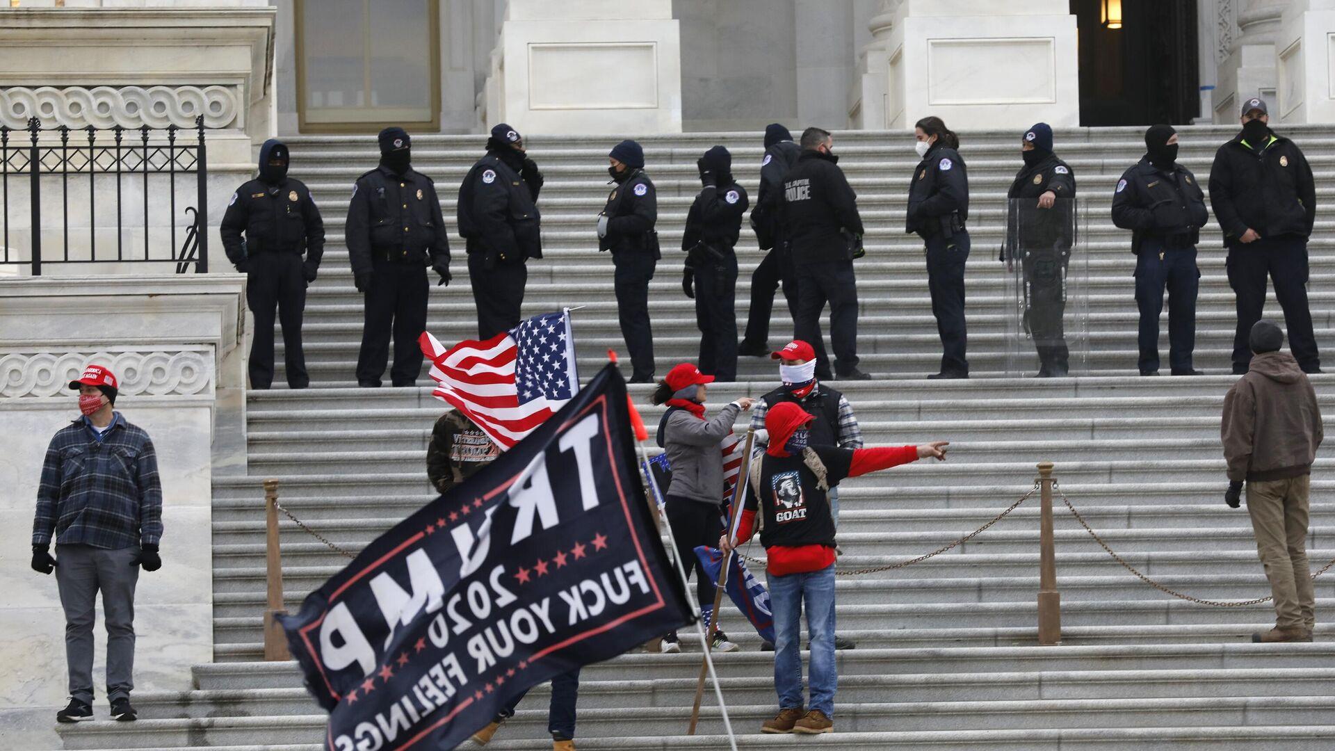 Сотрудники полиции и участники акции протеста сторонников действующего президента США Дональда Трампа у здания конгресса в Вашингтоне - РИА Новости, 1920, 07.01.2021