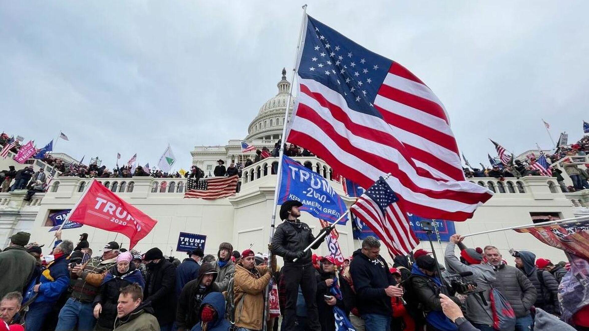 Участники акции протеста сторонников действующего президента США Дональда Трампа у здания конгресса в Вашингтоне - РИА Новости, 1920, 14.01.2021