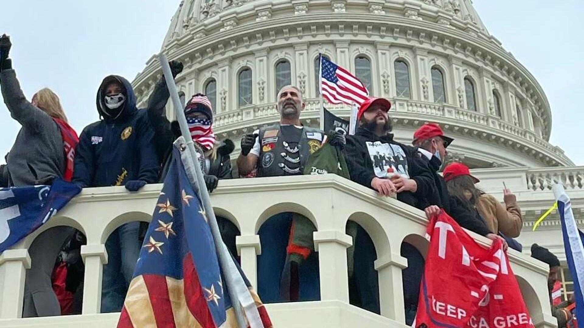 Участники акции протеста сторонников действующего президента США Дональда Трампа у здания конгресса в Вашингтоне - РИА Новости, 1920, 09.01.2021